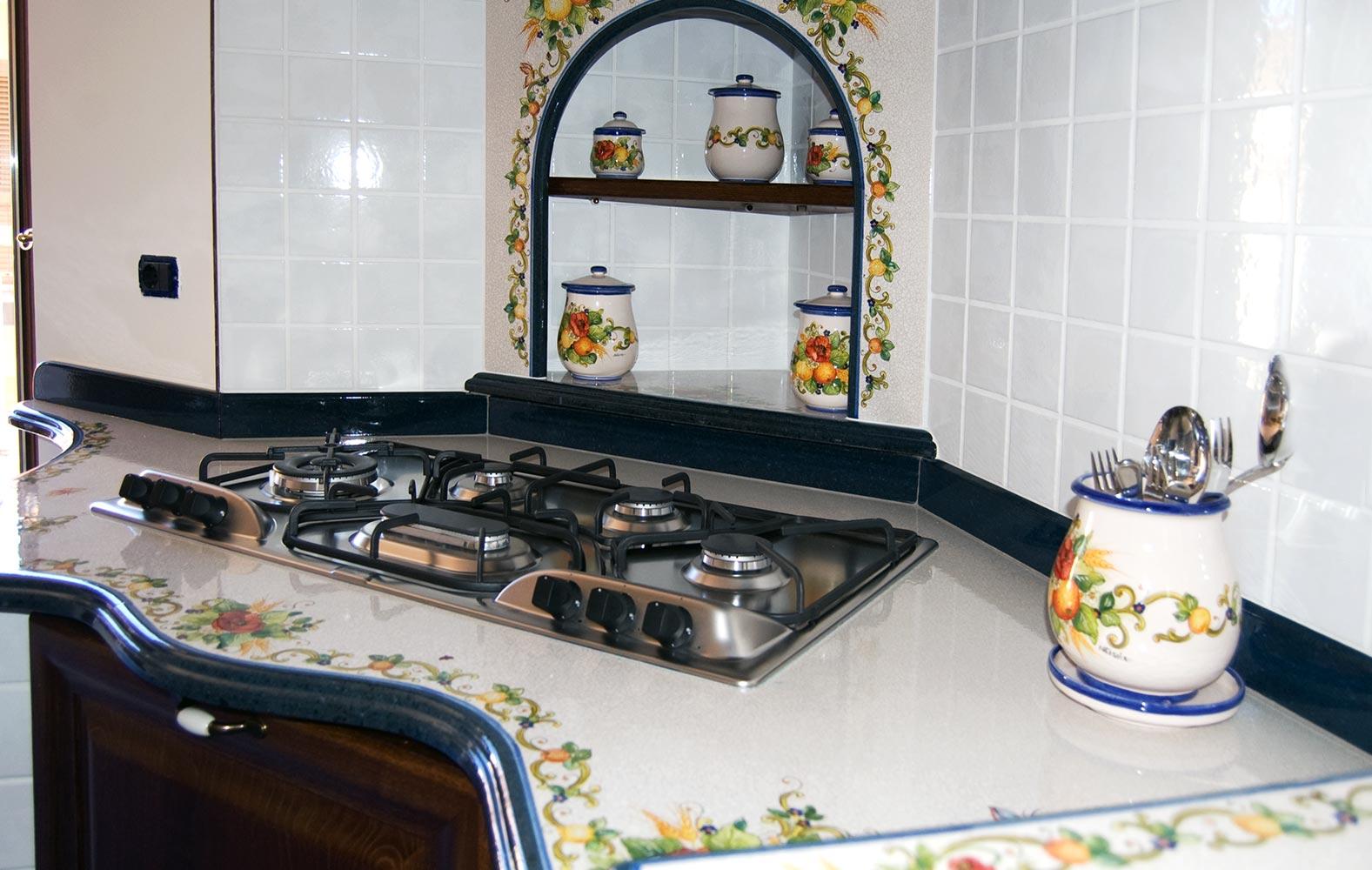 Realizziamo cucine in stile caltagirone decorate a mano