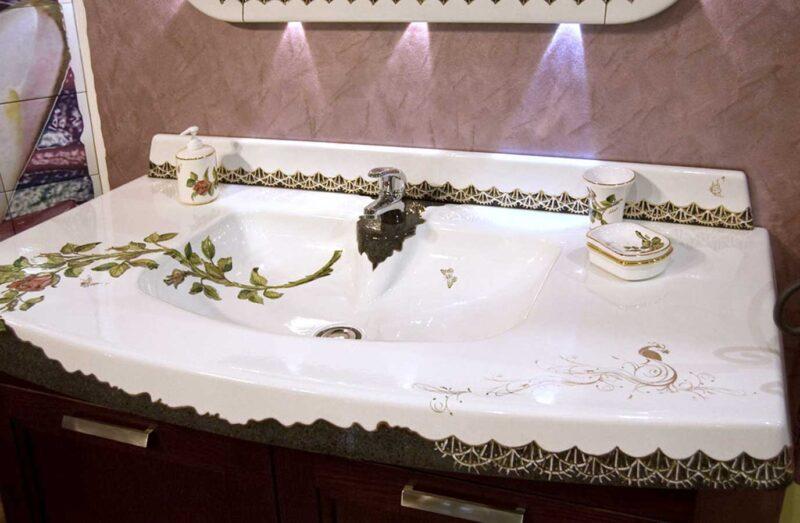mobile di arredo bagno con rifiniture in oro
