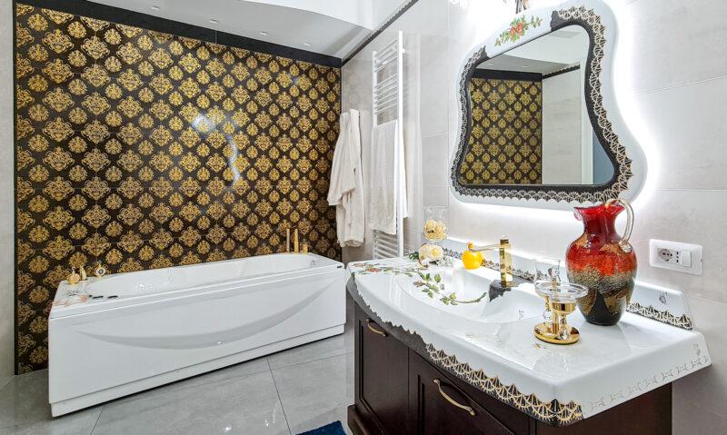bagno luxury con rifiniture in oro