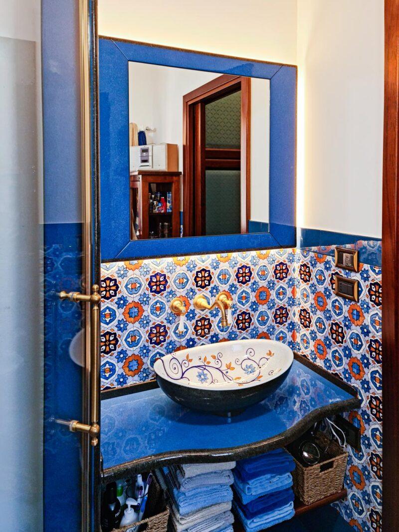 Bagno in Pietra Lavica decorato a mano