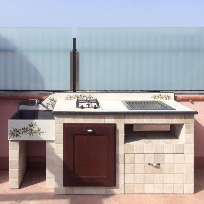Barbecue con piano e lavello in pietra lavica, piano cottura 2 fuochi e grill