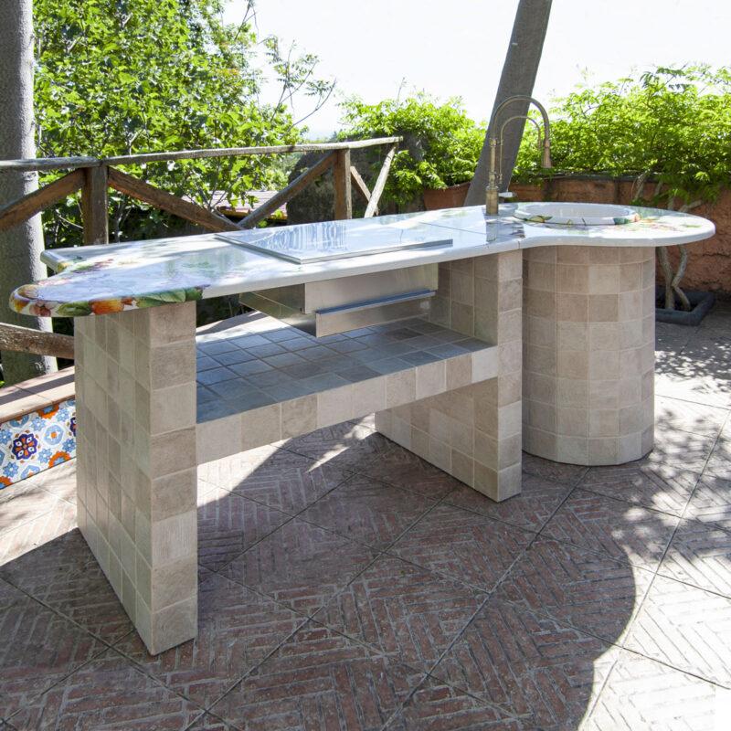 Barbecue da giardino con top in pietra lavica decorata a mano