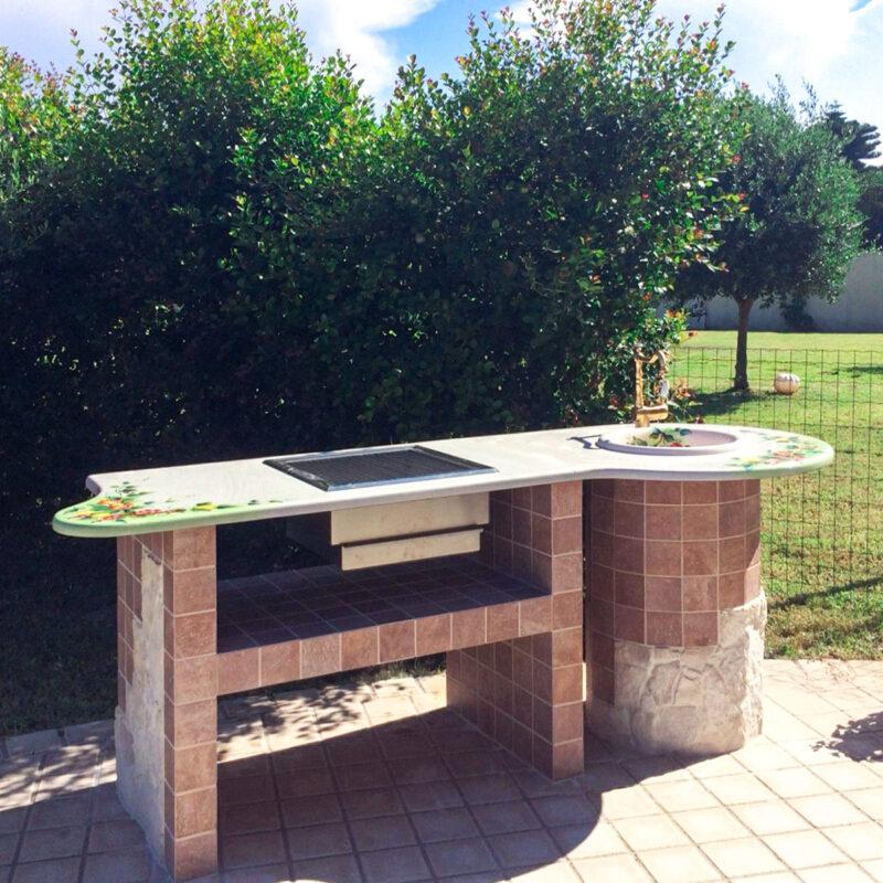 Barbecue in finta muratura con top in pietra lavica decorata a mano