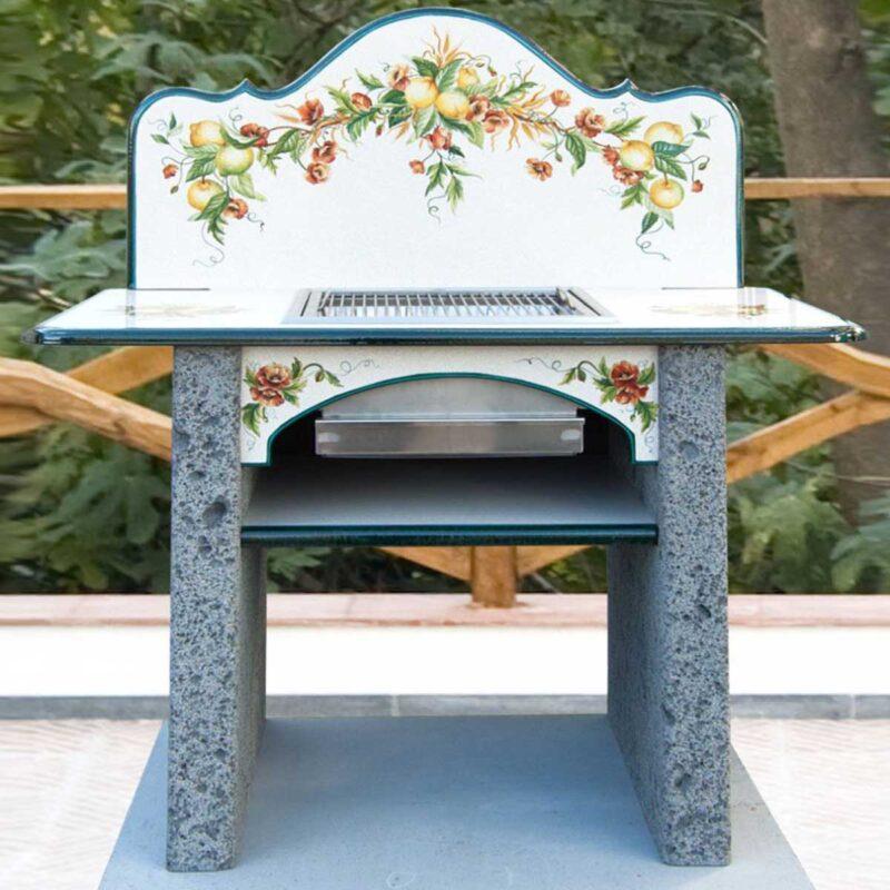 barbecue in muratura con piano e alzatina in pietra lavica decorata a mano