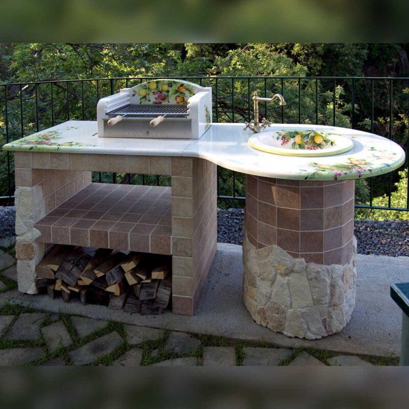 barbecue in pietra lavica con penisola