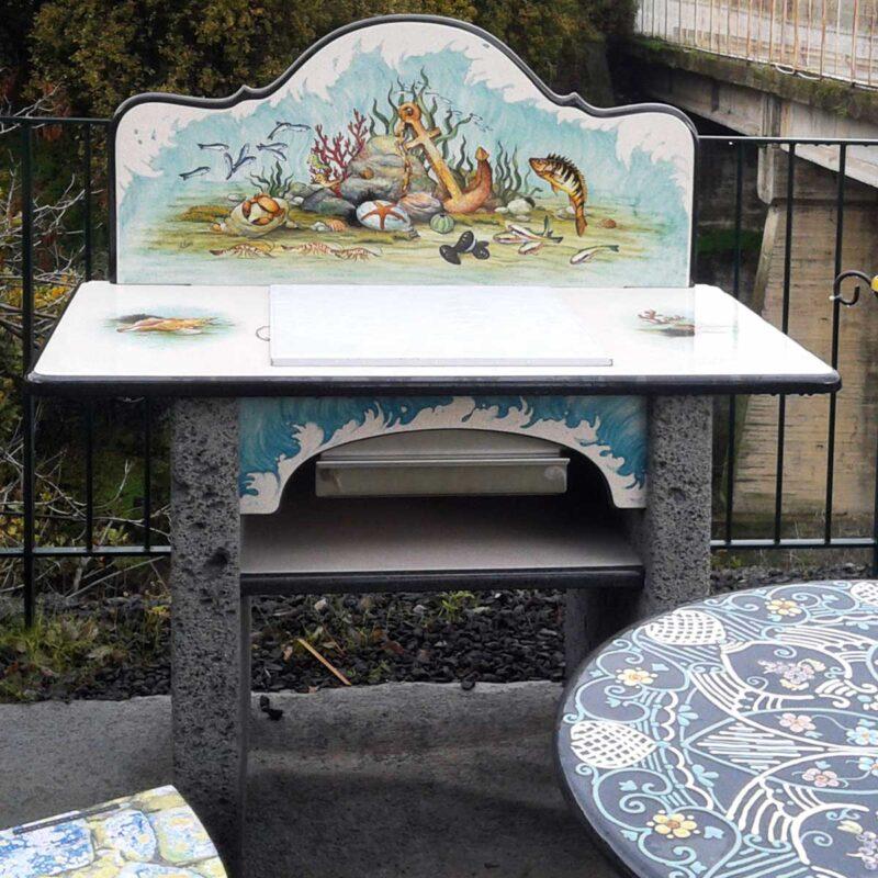 Barbecue in pietra lavica dipinto a mano con decoro marino