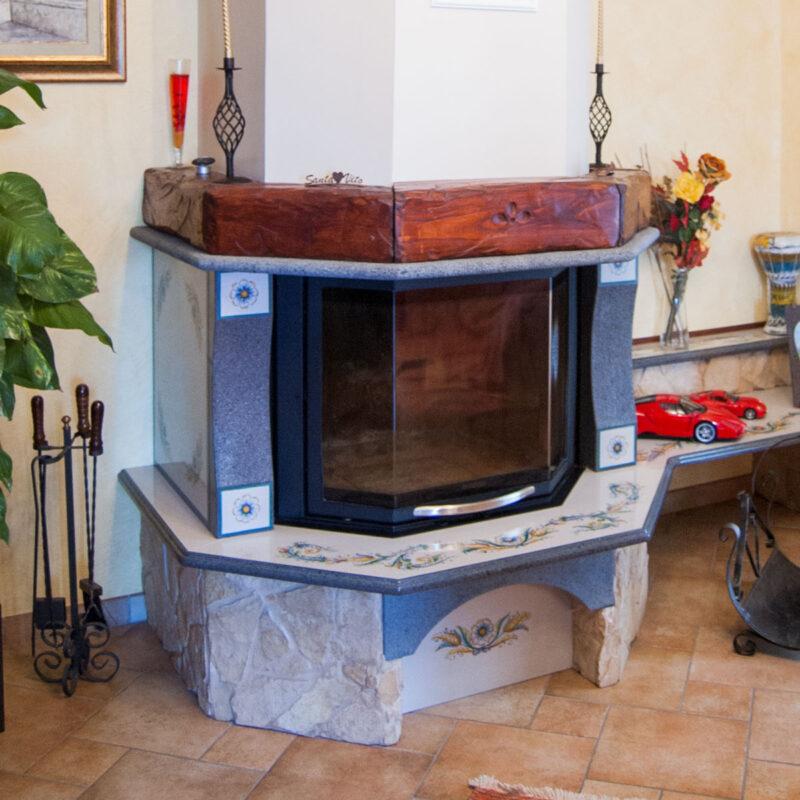 rivestimento in pietra lavica decorata a mano per caminetti rustici