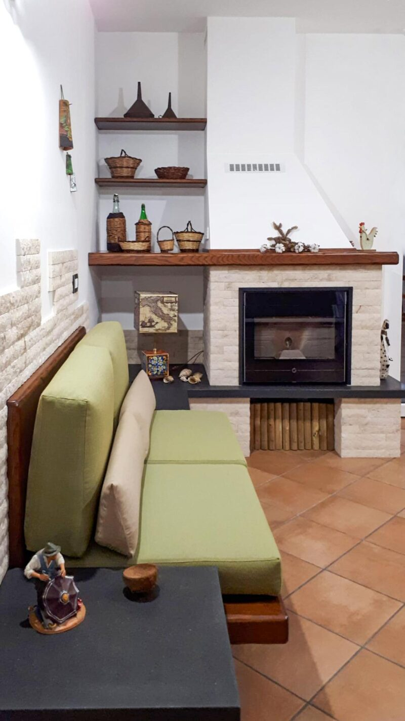 Caminetto rustico con divano