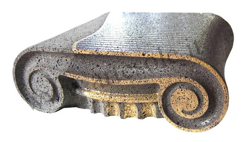 Capitello in pietra lavica con particolari in oro