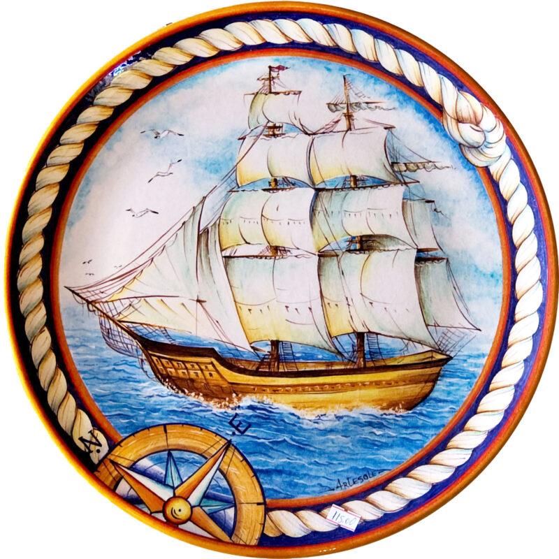 piatto in ceramica con decoro veliero dipinto a mano
