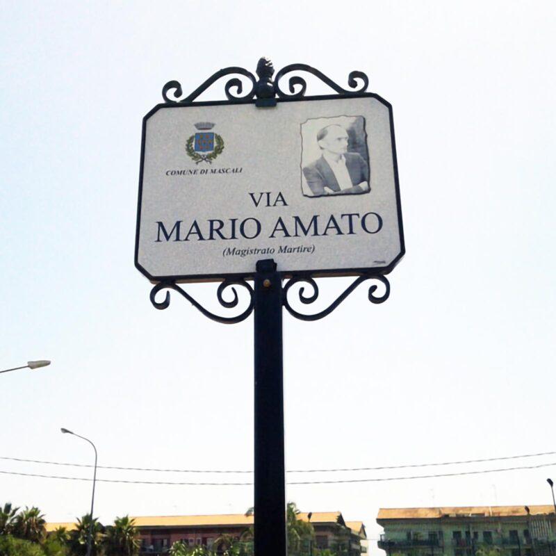 Targa via Mario Amato Comune di Mascali. Targa realizzata su misura con scritte e decori personalizzabili