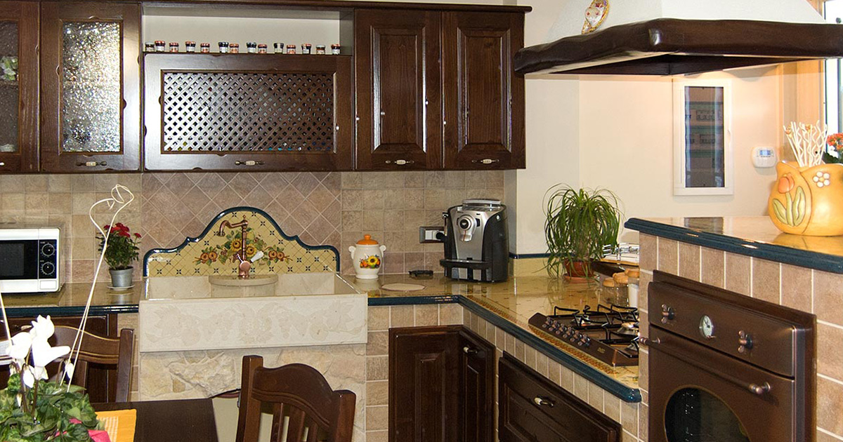 Cucine Borgo Antico in legno massello realizzate su misura