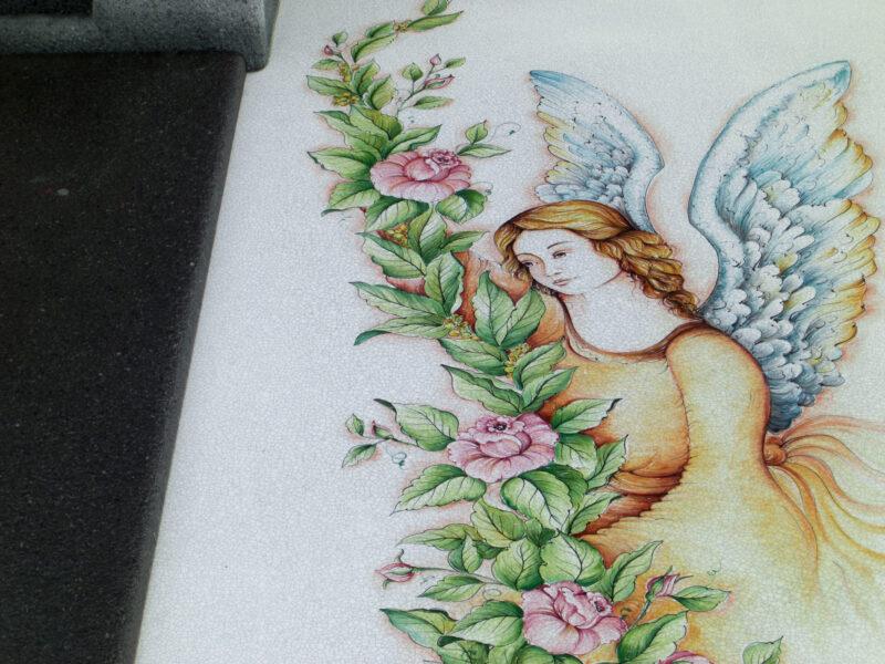 Decorazione su pietra lavica ceramizzata di Angeli per lapide