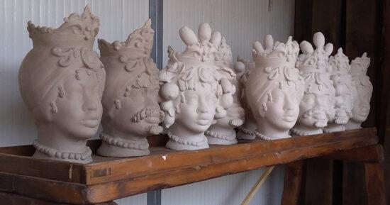 La fase di essiccazione delle Teste Siciliane nel laboratorio di Ceramica Artistica Macchia di Giarre