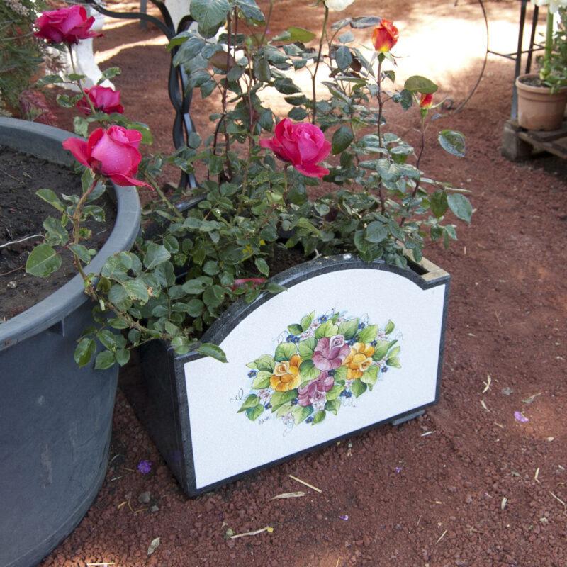 Fioriera da esterno in pietra lavica decorata a mano, decoro floreale personalizzabile