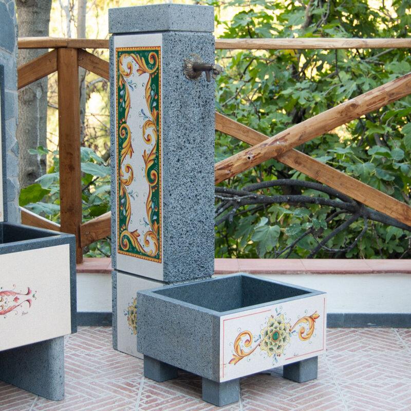 fontana in pietra lavica da giardino decorata a mano