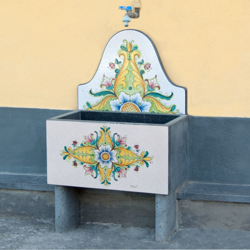 fontana in pietra lavica con decoro floreale realizzata su misura