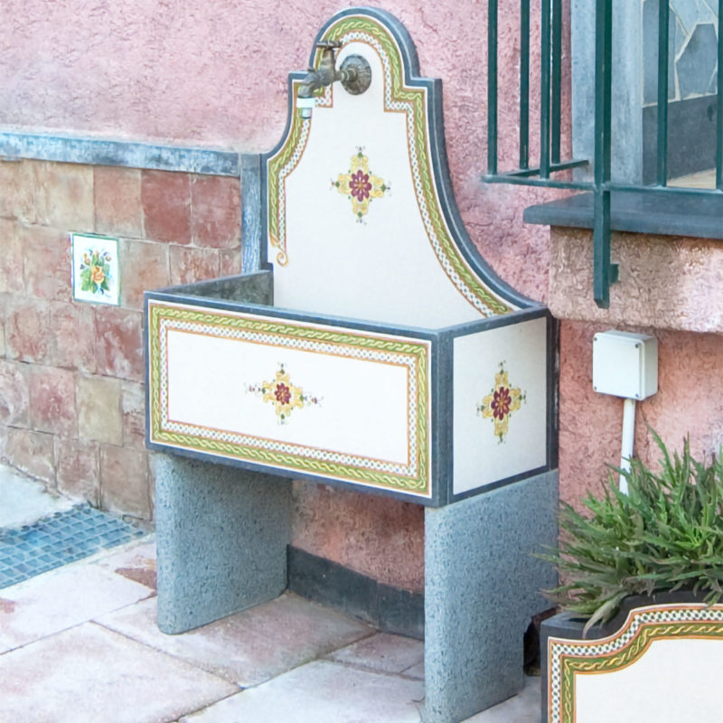 fontanella in pietra lavica ceramizzata con decoro dipinto a mano