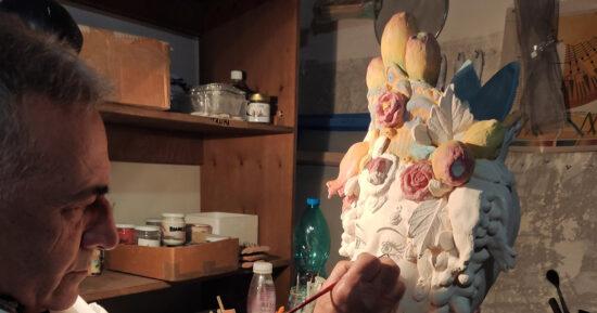 Il Maestro Giuseppe Sorbello nel suo Atelier di Ceramica Artistica di Macchia di Giarre,  mentre si dedica alla decorazione delle Teste di Moro Siciliane.