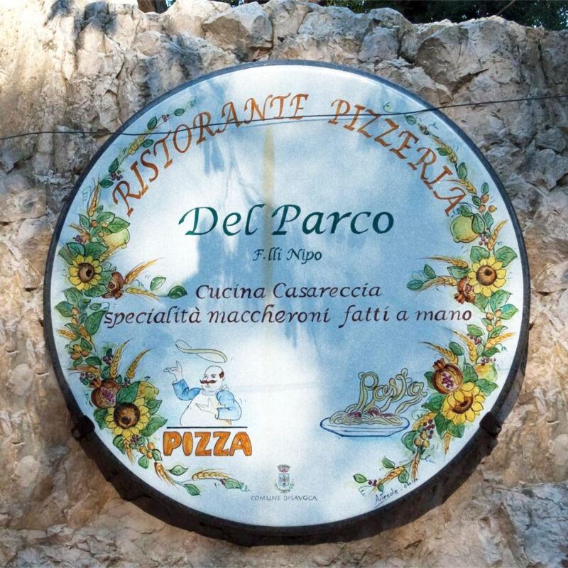 insegna in pietra lavica decorata a mano per ristorante pizzeria
