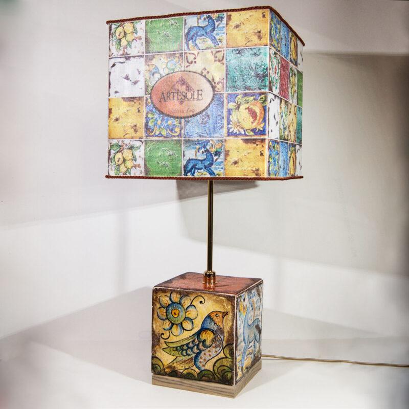 Lampada da tavolo con paralume in tessuto decorato