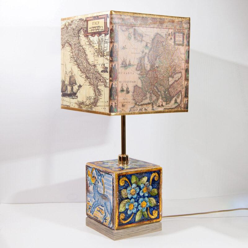 Lampada da tavolo con base in ceramica decorato a mano. Decori blu fiori