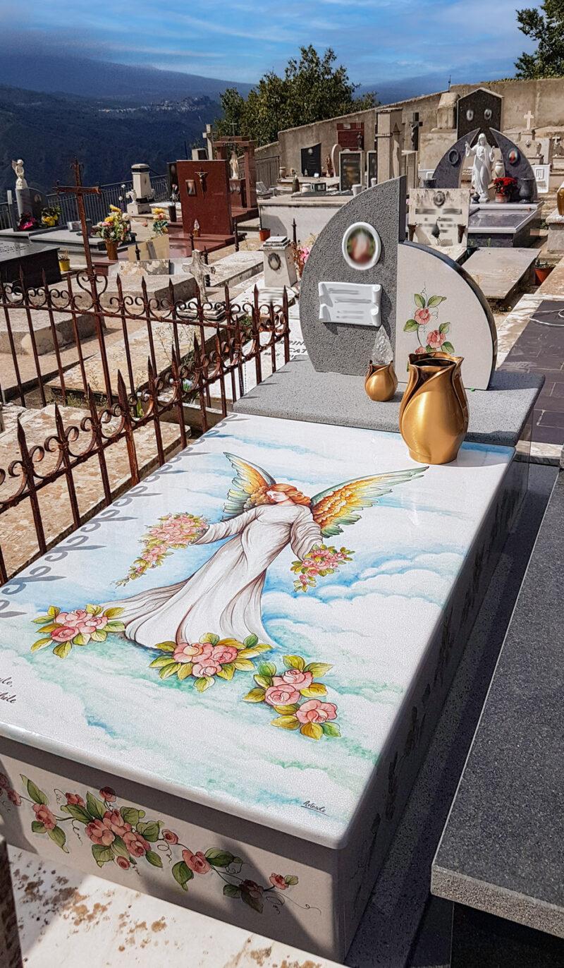 Lapide in pietra lavica decorata a mano