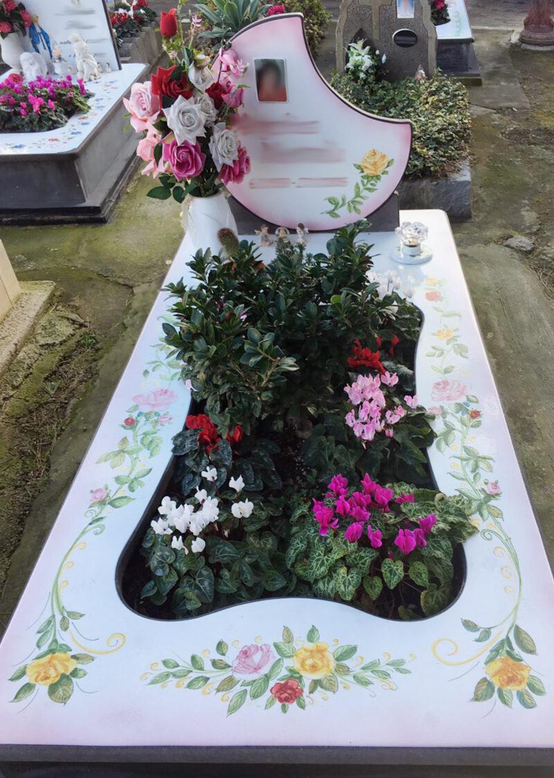 Lapide con spazio centrale per fiori, in pietra lavica decorata a mano