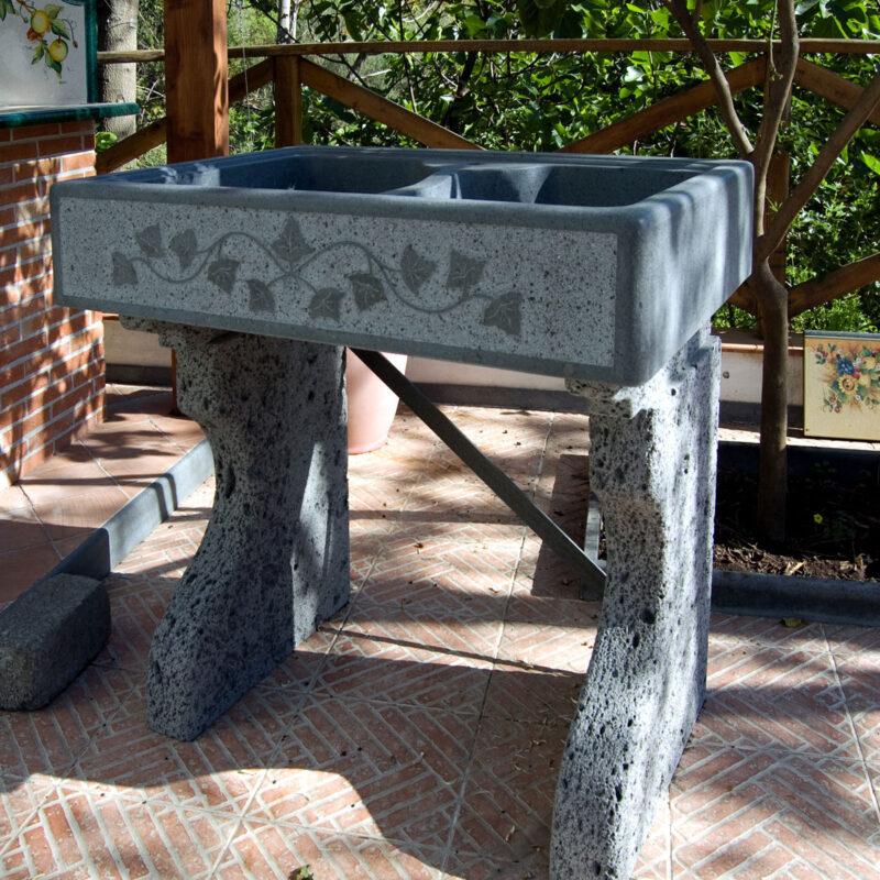 lavello in pietra lavica da esterno con frontale scolpito
