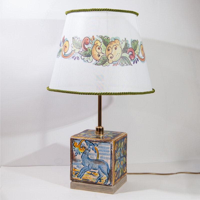 Lume in ceramica con mattonelle antichizzate e paralume con decorazione limoni