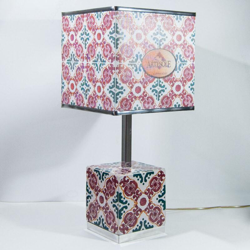 Lume con base e paralume cubo dal design Siciliano