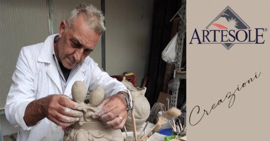 Il Maestro Giuseppe Sorbello mentre modella l'argilla per la creazione di una testa di Moro donna