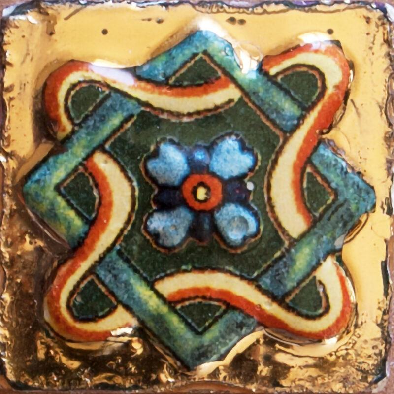 mattonella a rilievo con oro terzo fuoco decorata