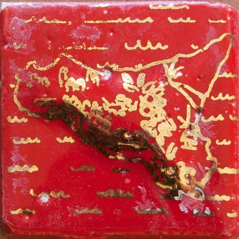 Mattonella a rilievo per mosaico con decoro sicilia e perfilo in oro terzo fuoco