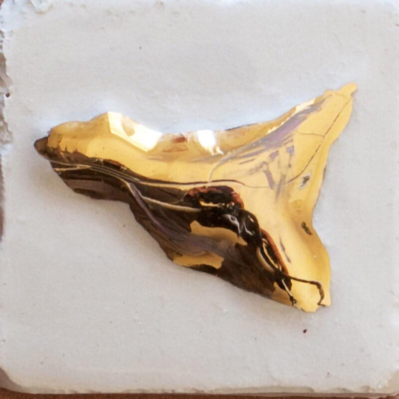 Mattonella in ceramica a rilievo con decoro sicilia - oro terzo fuoco