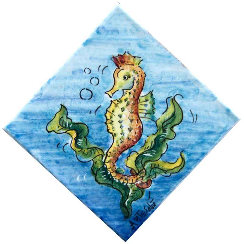 piastrella decorata a mano con decoro cavalluccio marino