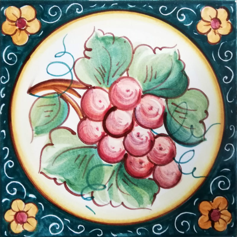 mattonella con decoro uva e fiore dipinta a mano