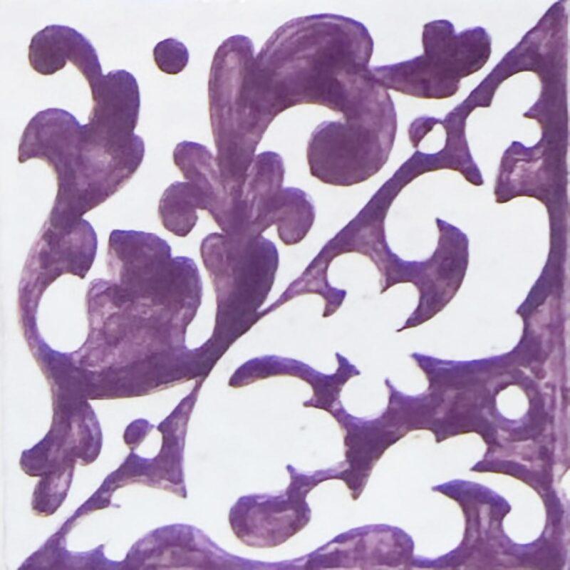 mattonella decorata a mano con decoro fiori viola e bianchi