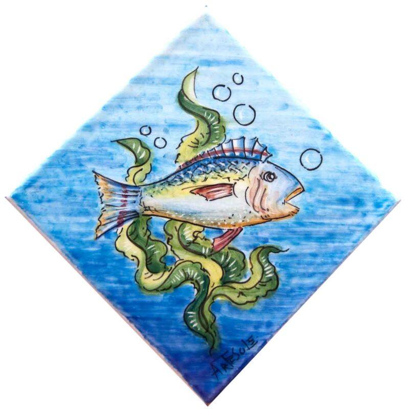 mattonella decorata a mano con disegno pesce