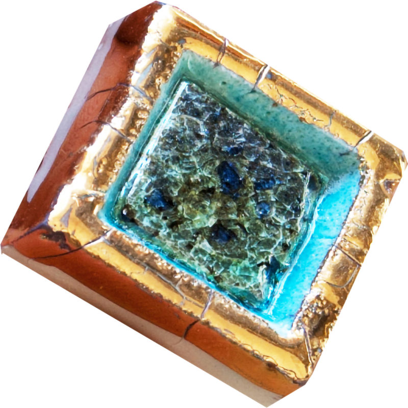 mattonella dipinta in oro con cristalli di vetro
