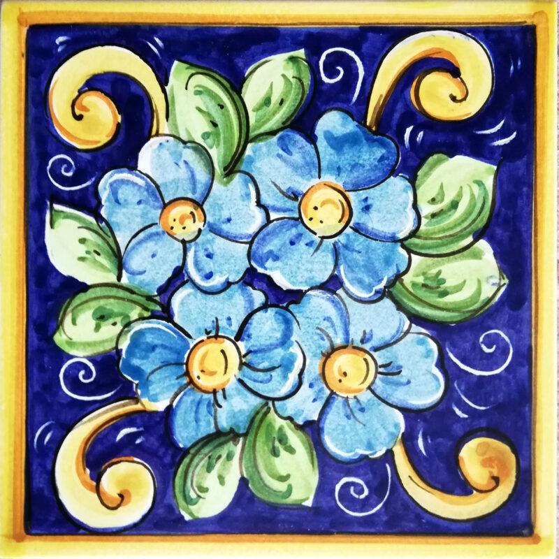 mattonella decorata a mano con dipinto fiori blu