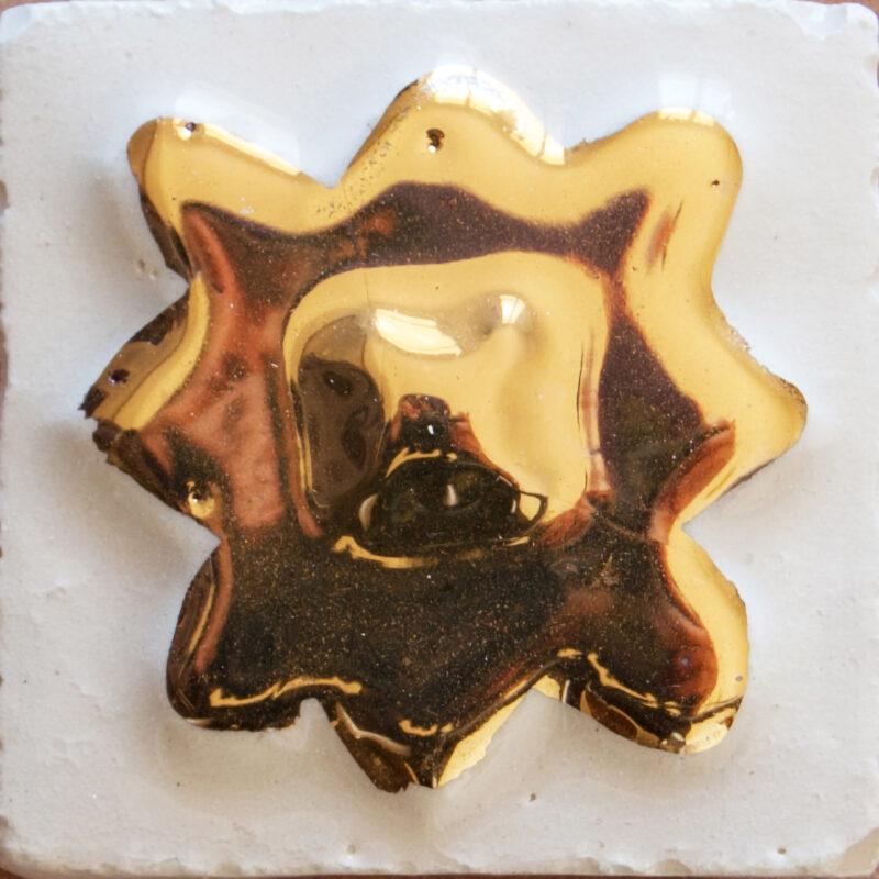 mattonella in ceramica a rilievo con decoro in oro terzo fuoco