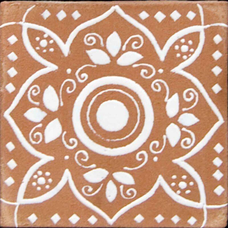mattonella in ceramica con solo smalto bianco a rilievo