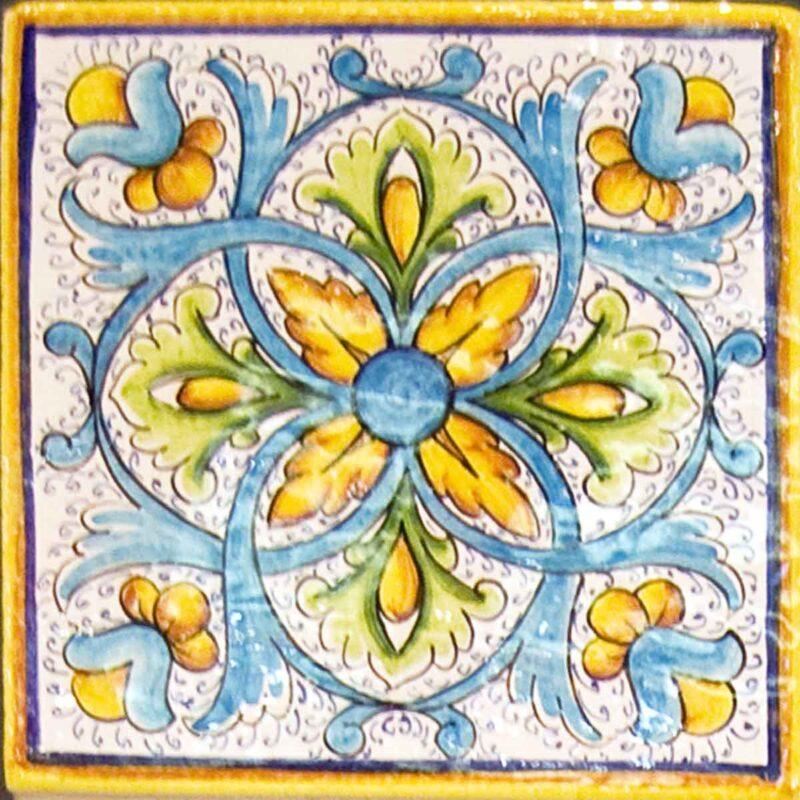 mattonella in ceramica decorata a mano