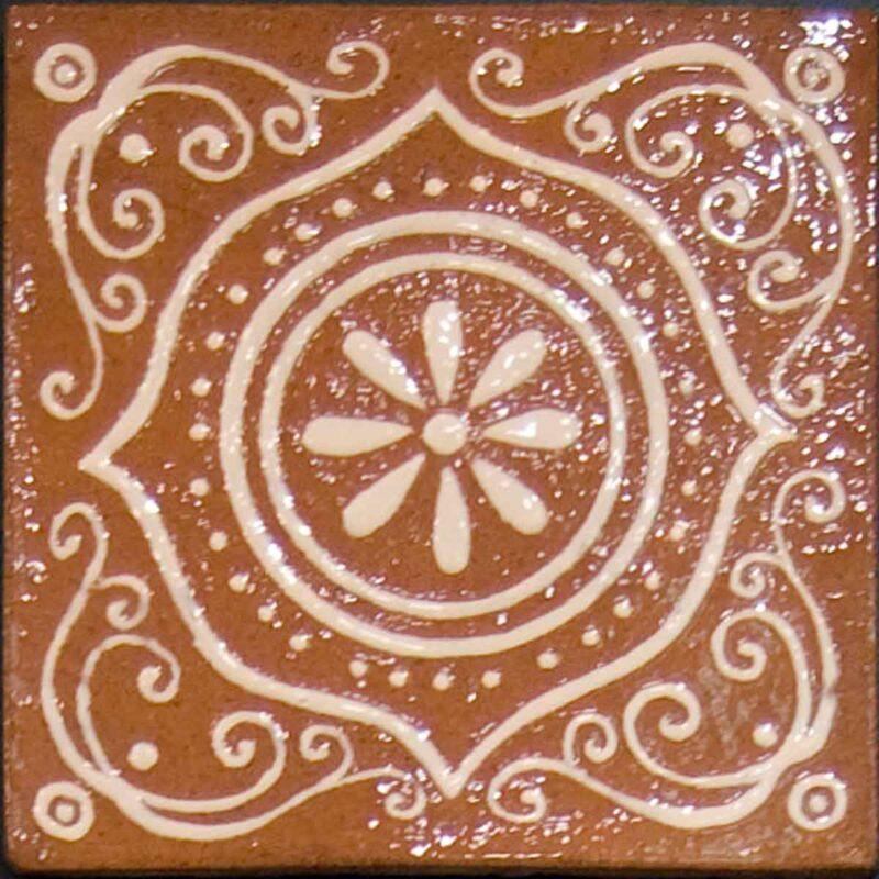 mattonella in cotto con decoro bianco a rilievo