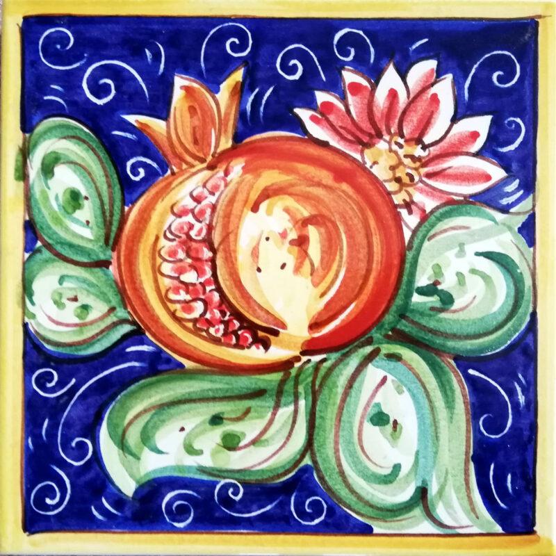 mattonella dipinta a mano con decoro melograno