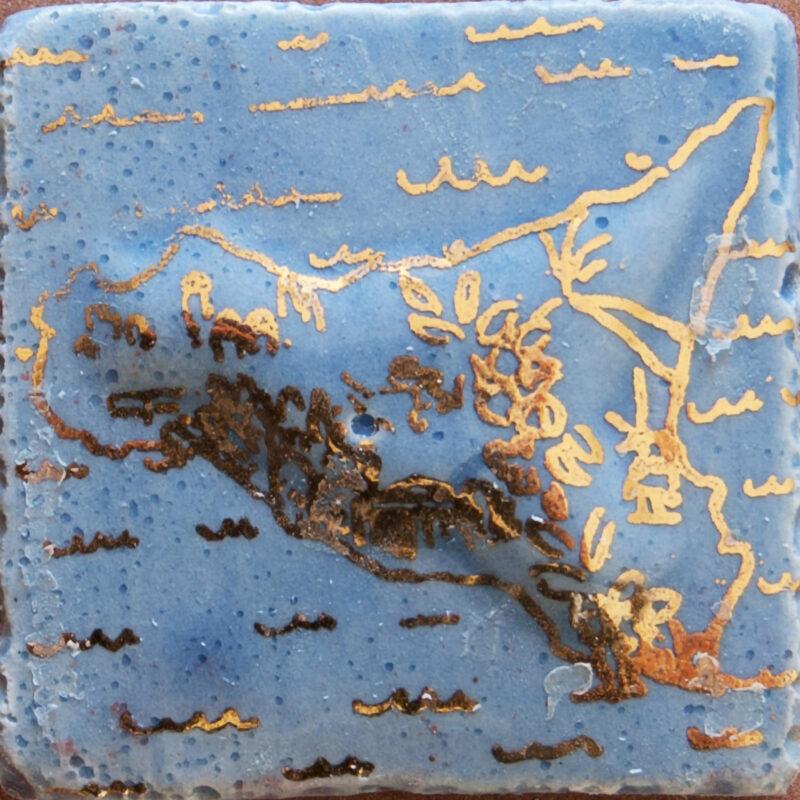 Mattonella a rilievo per mosaico in ceramica con decoro sicilia e perfilo in oro