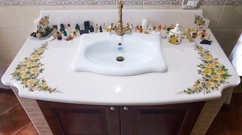 mobile di arredo bagno con top decorato