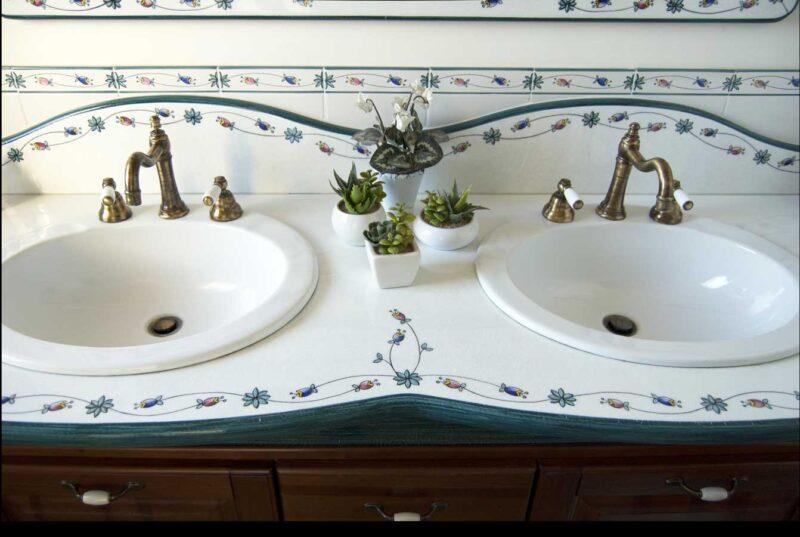 mobile bagno in legno massello e piano in pietra lavica con 2 lavabi
