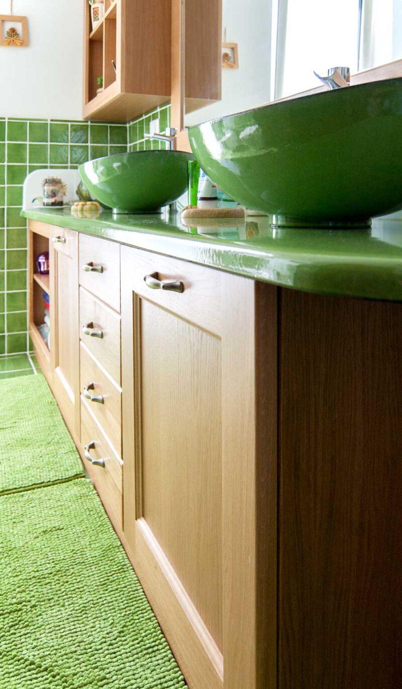 Mobile bagno con ante in legno massello e piano/lavelli in pietra lavica monocolore verde